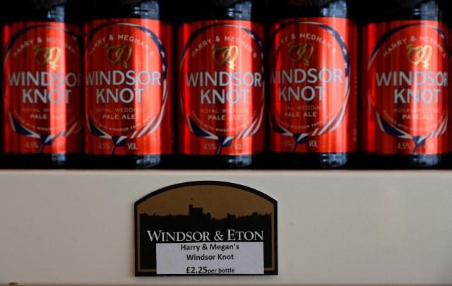 Botellas de Harry y Meghan Windsor Knot pale ale se ven en exhibición en la fábrica de cerveza Windsor and Eton en Windsor, Gran Bretaña 11 de abril de 2018. Fotografía tomada el 11 de abril de 2018. REUTERS / Peter Nicholls