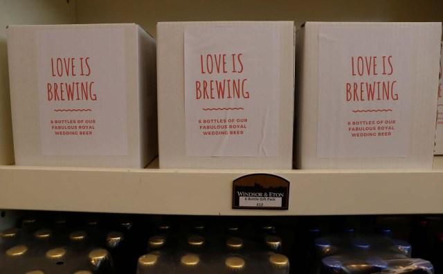 Las cajas de Harry y Meghan Windsor Knot pale ale se venden a la venta en la cervecería Windsor and Eton en Windsor, Gran Bretaña, el 11 de abril de 2018. Fotografía tomada el 11 de abril de 2018. REUTERS / Peter Nicholls