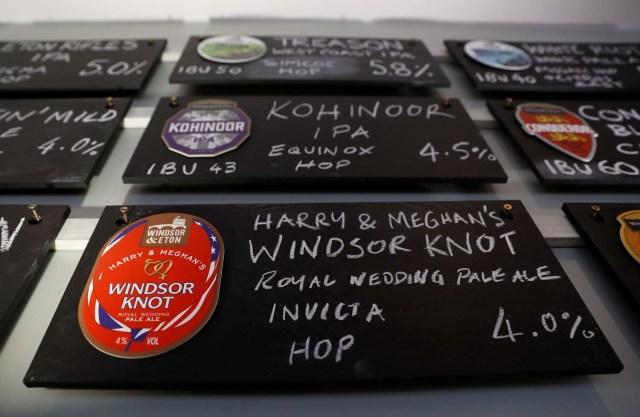 Tableros de menú de cervezas como Harry y Meghan Windsor Knot pale ale se ven en la cervecería Windsor and Eton en Windsor, Gran Bretaña, el 11 de abril de 2018. Fotografía tomada el 11 de abril de 2018. REUTERS / Peter Nicholls