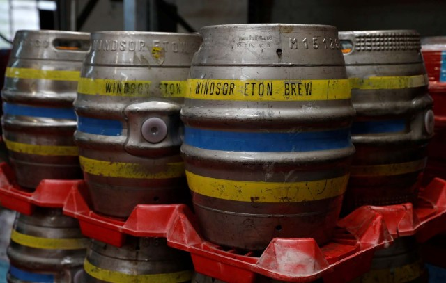Los barriles de cerveza están listos para despacharse en la cervecería Windsor and Eton en Windsor, Gran Bretaña, el 11 de abril de 2018. Fotografía tomada el 11 de abril de 2018. REUTERS / Peter Nicholls