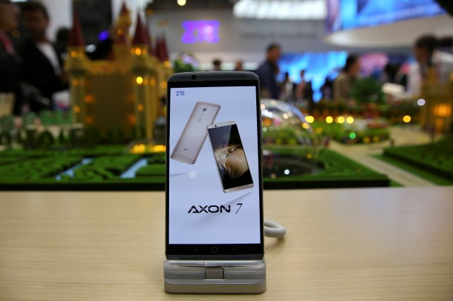 Un dispositivo ZTE Axon7 se muestra en el stand de la compañía durante el Mobile World Congress en Barcelona, España, el 27 de febrero de 2017. REUTERS / Paul Hanna / Archivo Photo GLOBAL BUSINESS WEEK ADELANTE
