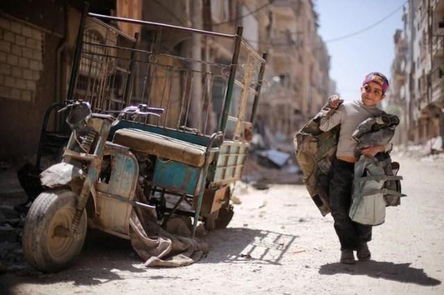 Un niño camina por una calle dañada en la ciudad de Douma en Damasco, Siria, el 16 de abril de 2018. REUTERS / Omar Sanadiki