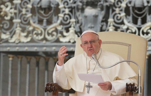 El Papa Francisco habla durante la audiencia general del miércoles en la plaza de San Pedro en el Vaticano, el 18 de abril de 2018. REUTERS / Max Rossi