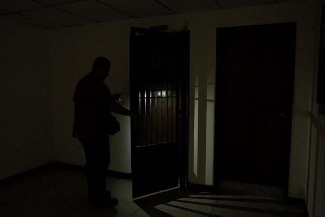 Un trabajador del hospital Padre Justo utilizando la linterna de un teléfono móvil durante un apagón generalizado en Rubio, Venezuela, mar 14, 2018. REUTERS/Carlos Eduardo Ramirez