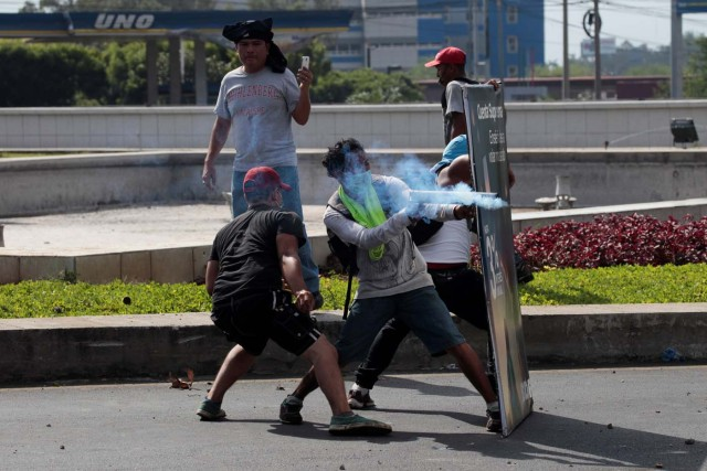 A demonstrator fires a homemade mortar towards riot police during a protest over a controversial reform to the pension plans of the Nicaraguan Social Security Institute (INSS) in Managua, Nicaragua April 20, 2018. REUTERS/Oswaldo Rivas