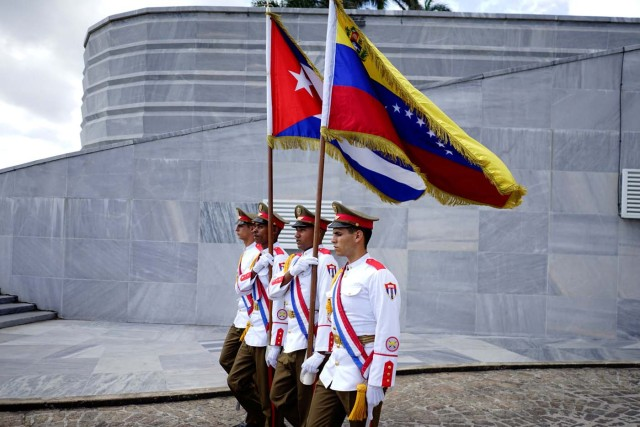 An honour guard arrives for a wreath-laying ceremony with Venezuela's President Nicolas Maduro (not pictured) at the Jose Marti monument in Havana, Cuba April 21, 2018. REUTERS/Alexandre Meneghini