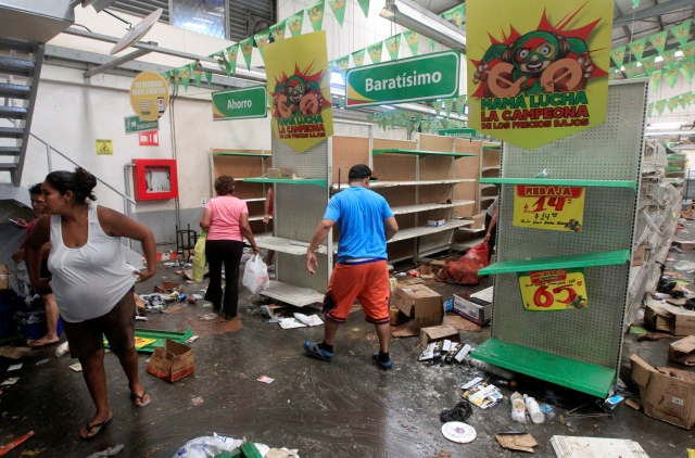 People with goods looted from a store are seen after a protest over a controversial reform to the pension plans of the Nicaraguan Social Security Institute (INSS) in Managua, Nicaragua April 22, 2018. REUTERS/Jorge Cabrera