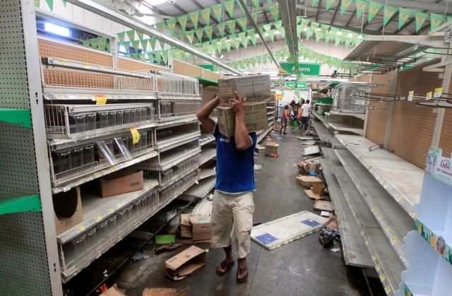 Gente saquea mercadería de un supermercado después de protestas contra una controvertida reforma del sistema de pensiones en Managua, Nicaragua, abril 22, 2018. REUTERS/Jorge Cabrera - RC118CDA79D0