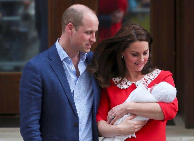 La británica Catherine, la duquesa de Cambridge y el príncipe Guillermo abandonan el Lindo Wing del hospital St Mary's con su nuevo bebé en Londres, el 23 de abril de 2018. REUTERS / Peter Nicholls