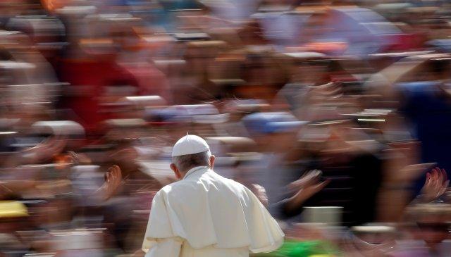 El Papa Francisco llega para dirigir la audiencia general del miércoles en la plaza de San Pedro en el Vaticano, el 25 de abril de 2018. REUTERS / Max Rossi