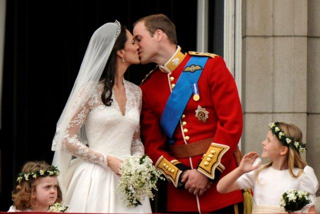El príncipe Guillermo y su esposa Catherine, duquesa de Cambridge se besan en el balcón en el palacio de Buckingham, observados por sus esposas Grace van Cutsem (L) y Margarita Armstrong-Jones, después de su boda en Westminster Abbey, en el centro de Londres el 29 de abril de 2011. REUTERS / Dylan Martinez / Foto de archivo