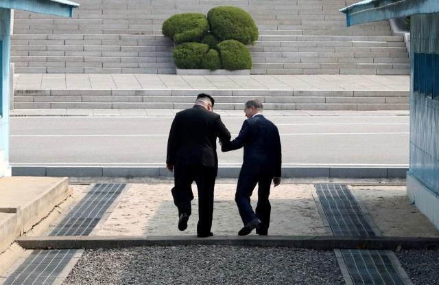 El presidente surcoreano Moon Jae-in y el líder norcoreano Kim Jong Un se reúnen en la aldea de tregua de Panmunjom dentro de la zona desmilitarizada que separa las dos Coreas, Corea del Sur, el 27 de abril de 2018. Korea Summit Press Pool / Pool vía Reuters TPX IMAGES OF THE DÍA