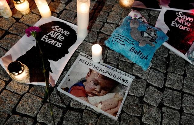 En la imagen, varias velas y carteles durante una protesta en apoyo de Alfie Evans en Polonia el 26 de abril de 2018. REUTERS/Kacper Pempel