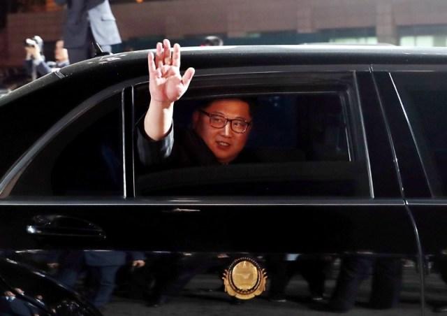 El líder norcoreano Kim Jong Un se despide del presidente surcoreano Moon Jae-in tras una ceremonia en Panmunjom, en la zona desmilitarizada que separa a ambas Coreas, Corea del Sur, 27 abril 2018. Korea Summit Press Pool/Entregada vía Reuters