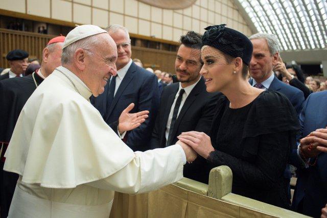 """El Papa Francisco conoce a la cantante Kate Perry durante la conferencia internacional """"United to Cure"""" sobre la cura del cáncer en la sala Paul VI, en el Vaticano, el 28 de abril de 2018. Osservatore Romano / Folleto a través de REUTERS ATENCIÓN EDITORES - ESTA IMAGEN FUE PROPORCIONADA POR UN TERCERO"""