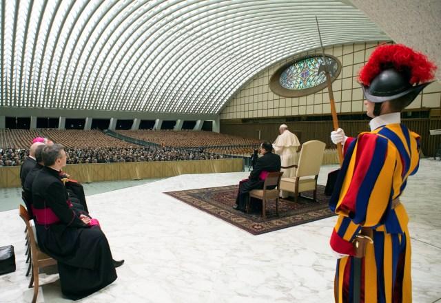 """El Papa Francisco dirige la conferencia internacional """"Unidos para curar"""" sobre la cura para el cáncer en la sala Pablo VI, en el Vaticano, el 28 de abril de 2018. Osservatore Romano / Folleto a través de EDITORES DE ATENCIÓN DE REUTERS - ESTA IMAGEN FUE PROPORCIONADA POR UN TERCERO."""
