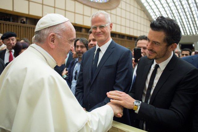 """El Papa Francisco se encuentra con el actor Orlando Bloom durante la conferencia internacional """"United to Cure"""" sobre la cura del cáncer en la sala Paul VI, en el Vaticano, el 28 de abril de 2018. Osservatore Romano / Folleto a través de REUTERS ATENCIÓN EDITORES - ESTA IMAGEN FUE PROPORCIONADA POR A TERCERO"""