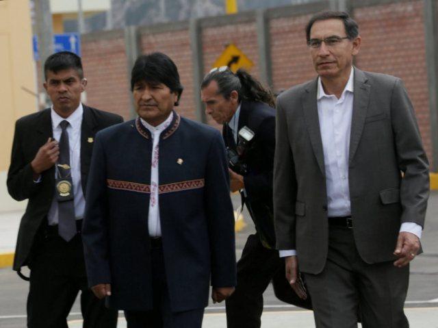 Peru's President Martin Vizcarra (R) and his Bolivian counterpart Evo Morales attend the inauguration of the Binational Border Service Center (CEBAF) in Desaguadero, Peru April 28, 2018. REUTERS /David Mercado