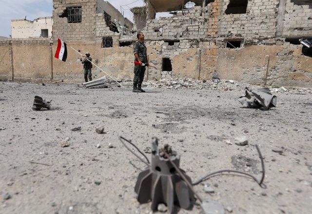 Soldados leales al presidente de Siria, Bashar al-Assad, fuerzas desplegadas en el área de al-Qadam cerca del campamento palestino de Yarmouk en Damasco, Siria, el 29 de abril de188.REUTERS / Omar SanadikiSoldados leales al presidente de Siria, Bashar al-Assad, fuerzas desplegadas en el área de al-Qadam cerca del campamento palestino de Yarmouk en Damasco, Siria, el 29 de abril de188.REUTERS / Omar Sanadiki