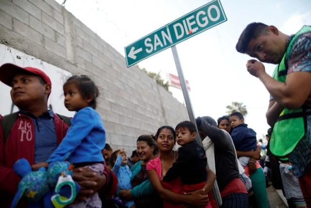 Integrantes de una caravana de inmigrantes provenientes de Centroamérica forman fila para recibir un desayuno tras viajar a través de México, antes de solicitar asilo en Estados Unidos, en un refugio en Tijuana, México, 27 de abril de 2018. REUTERS/Edgard Garrido