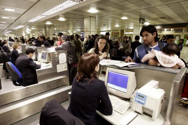 MADRID, 15-12-06 Unos 470 viajeros que tenían previsto volar hoy a Buenos Aires con la compañía Air Madrid (que suspendió sus vuelos) son informados en unos mostradores de la T-1 por personal del aeropuerto, antes de partir esta madrugada hacia su destino en un vuelo especial fletado por el Ministerio de Fomento, que ha establecido un dispositivo de emergencia hasta el día 21 para atender los casos más urgentes. En este vuelo viajarán unos 132 pasajeros que se encontraban en el aeropuerto de Barcelona, unos 250 que estaban en el aeropuerto de Madrid, y el avión hará una escala en Las Palmas de Gran Canaria para recoger a otro grupo de viajeros. EFE/ALBERTO MARTÍN
