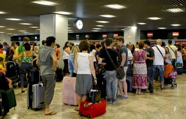 MD16. MADRID, 17/07/2010.- Miles de personas se dieron cita hoy en las terminales del aeropuerto de Barajas, que siguen registrando gran afluencia de viajeros en la operación salida de vacaciones de la segunda quincena de julio. EFE/Juan M. Espinosa
