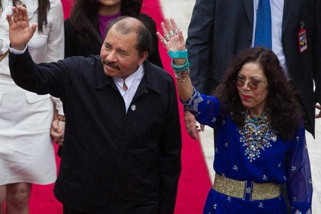 CAR123. CARACAS (VENEZUELA), 19/04/2013.- El presidente de Nicaragua, Daniel Ortega (i), y su esposa, Rosario Murillo (d), llegan al acto de investidura del nuevo mandatario venezolano, Nicolás Maduro, hoy, viernes 19 de abril de 2013, en Caracas (Venezuela). EFE/MIGUEL GUTIÉRREZ
