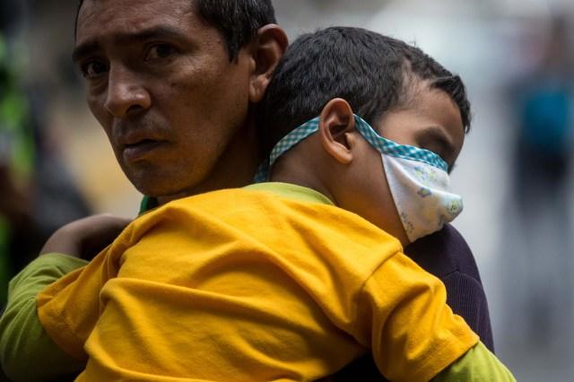 CAR16. CARACAS (VENEZUELA), 04/04/2018.- Un grupo de familiares y pacientes del Hospital de Niños José Manuel de los Ríos, toma parte en una protesta por la imposibilidad de recibir quimioterapia por falta de insumos para el tratamiento hoy, miércoles 4 de abril del 2018, en Caracas (Venezuela). El secretario ejecutivo de la Federación de Trabajadores de la Salud de Venezuela (Fetrasalud), Pablo Zambrano, dijo hoy a Efe que los miembros de este gremio realizarán una protesta nacional el próximo 17 de abril para denunciar la crisis en el sector. EFE/MIGUEL GUTIÉRREZ