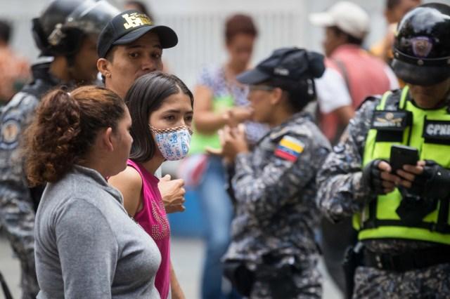 CAR21. CARACAS (VENEZUELA), 04/04/2018.- Un grupo de familiares y pacientes del Hospital de Niños José Manuel de los Ríos, toma parte en una protesta por la imposibilidad de recibir quimioterapia por falta de insumos para el tratamiento hoy, miércoles 4 de abril del 2018, en Caracas (Venezuela). El secretario ejecutivo de la Federación de Trabajadores de la Salud de Venezuela (Fetrasalud), Pablo Zambrano, dijo hoy a Efe que los miembros de este gremio realizarán una protesta nacional el próximo 17 de abril para denunciar la crisis en el sector. EFE/MIGUEL GUTIÉRREZ