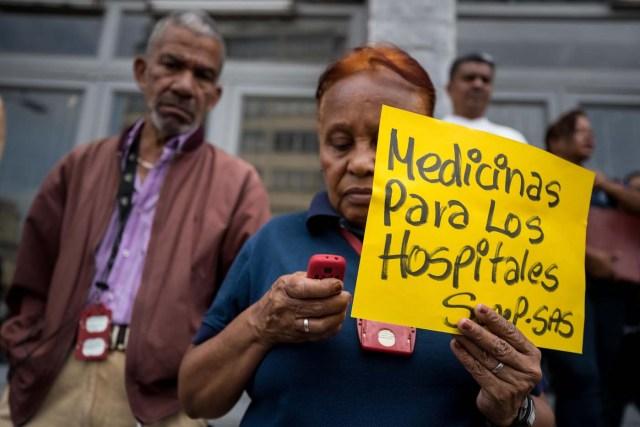 CORRIGE LUGAR DE LA MANIFESTACIÓN. CAR19. CARACAS (VENEZUELA), 04/04/2018.- Trabajadores participan en una manifestación una manifestación en la sede de la Secretaría de Salud hoy, miércoles 4 de abril del 2018, en Caracas (Venezuela). El secretario ejecutivo de la Federación de Trabajadores de la Salud de Venezuela (Fetrasalud), Pablo Zambrano, dijo hoy a Efe que los miembros de este gremio realizarán una protesta nacional el próximo 17 de abril para denunciar la crisis en el sector. EFE/MIGUEL GUTIÉRREZ