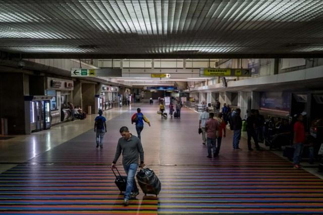 """VEN001. MAIQUETIA (VENEZUELA), 6/04/2018.- Vista de pasajeros hoy, viernes 6 de abril de 2018, en el aeropuerto internacional Simón Bolívar, en Maiquetia (Venezuela). El venezolano Instituto Nacional de Aeronáutica Civil (Inac) informó de la suspensión a partir del viernes por 90 días """"prorrogables"""" de """"todos los vuelos"""" de Copa Airlines """"desde y hacía el territorio nacional"""", tras ser incluida por el Gobierno en una lista de empresas que habrían cometido delitos. La panameña Copa Airlines dijo hoy que reembolsará el valor de los boletos no utilizados a sus usuarios con destino a Venezuela. EFE/MIGUEL GUTIÉRREZ"""