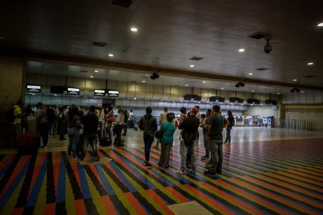 """VEN001. MAIQUETIA (VENEZUELA), 6/04/2018.- Vista de la taquilla de la aerolínea Copa hoy, viernes 6 de abril de 2018, en el aeropuerto internacional Simón Bolívar, en Maiquetia (Venezuela). El venezolano Instituto Nacional de Aeronáutica Civil (Inac) informó de la suspensión a partir del viernes por 90 días """"prorrogables"""" de """"todos los vuelos"""" de Copa Airlines """"desde y hacía el territorio nacional"""", tras ser incluida por el Gobierno en una lista de empresas que habrían cometido delitos. La panameña Copa Airlines dijo hoy que reembolsará el valor de los boletos no utilizados a sus usuarios con destino a Venezuela. EFE/MIGUEL GUTIÉRREZ"""