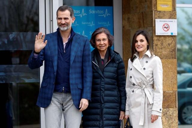 GRAF8141. MADRID, 07/04/2018.- Los Reyes, acompañados de doña Sofía, han llegado hoy juntos para visitar al Rey Juan Carlos en el hospital madrileño donde ha sido operado de forma satisfactoria para sustituirle la prótesis artificial que le fue implantada en la rodilla derecha hace siete. Visita familia real en el Hospital la Moraleja. EFE/Emilio Naranjo