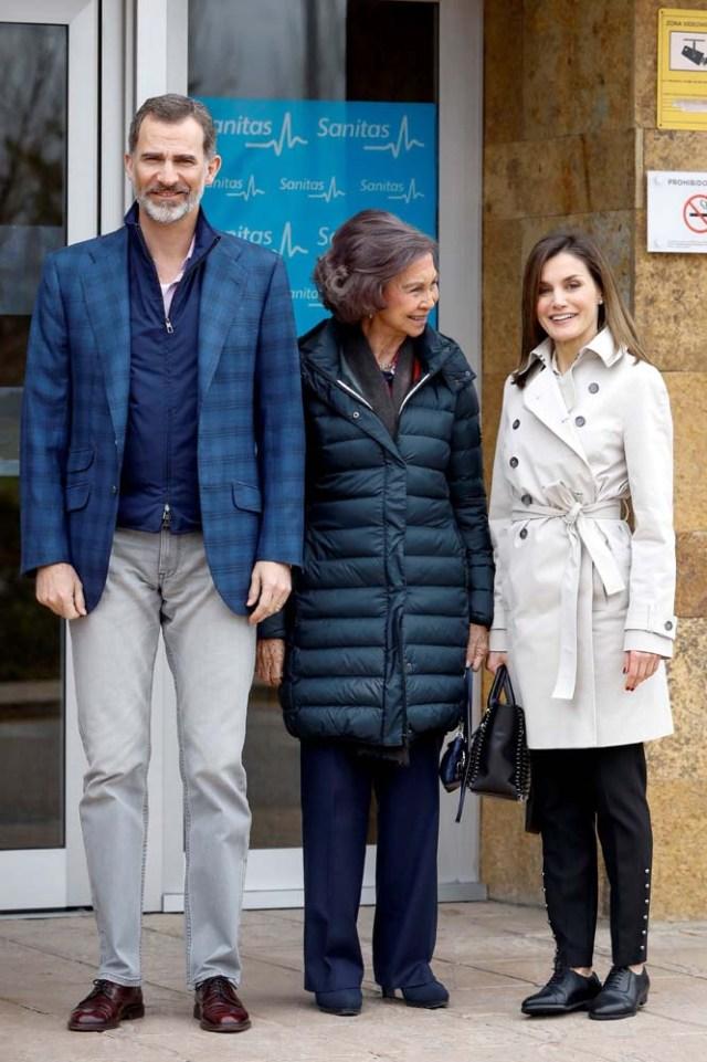 GRAF8144. MADRID, 07/04/2018.- Los Reyes, acompañados de doña Sofía, han llegado hoy juntos para visitar al Rey Juan Carlos en el hospital madrileño donde ha sido operado de forma satisfactoria para sustituirle la prótesis artificial que le fue implantada en la rodilla derecha hace siete. Visita familia real en el Hospital la Moraleja. EFE/Emilio Naranjo