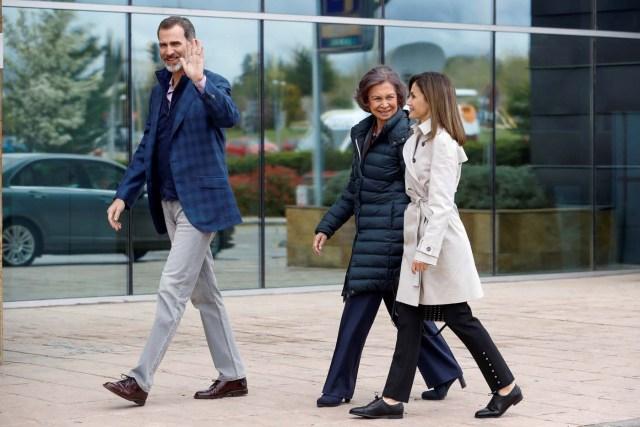 GRAF8149. MADRID, 07/04/2018.- Los Reyes, acompañados de doña Sofía, han llegado hoy juntos para visitar al Rey Juan Carlos en el hospital madrileño donde ha sido operado de forma satisfactoria para sustituirle la prótesis artificial que le fue implantada en la rodilla derecha hace siete. EFE/Emilio Naranjo