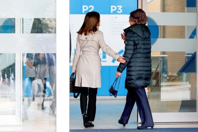 GRAF8147. MADRID, 07/04/2018.- La Reina Letizia, junto a la Reina emérita Sofía, a su llegada para visitar al Rey Juan Carlos en el hospital madrileño donde ha sido operado de forma satisfactoria para sustituirle la prótesis artificial que le fue implantada en la rodilla derecha hace siete. EFE/Emilio Naranjo