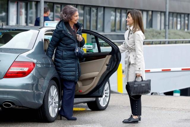 GRAF8143. MADRID, 07/04/2018.- La Reina Letizia, junto a la Reina emérita Sofía, a su llegada para visitar al Rey Juan Carlos en el hospital madrileño donde ha sido operado de forma satisfactoria para sustituirle la prótesis artificial que le fue implantada en la rodilla derecha hace siete. EFE/Emilio Naranjo