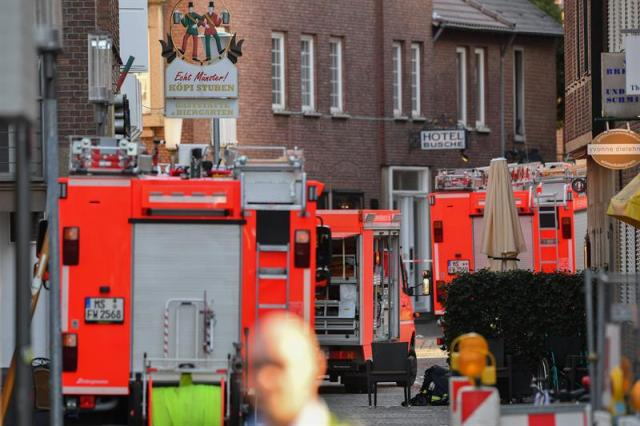 Muenster (Alemania), 07/04 / 2018.- Las ambulancias se ven cerca de la escena de un accidente automovilístico en el centro de la ciudad de Muenster, Alemania, el 7 de abril de 2018. Según la policía, un hombre condujo una camioneta a una multitud de personas en la ciudad de Muenster, en el oeste de Alemania, y luego se suicidó. En el incidente, tres personas murieron y otras 30 resultaron heridas, informaron los medios. La policía ha cerrado el área y ha pedido a los miembros del público que eviten el centro de la ciudad, agregaron los medios. (Atentado, Alemania) EFE / EPA / SASCHA STEINBACH