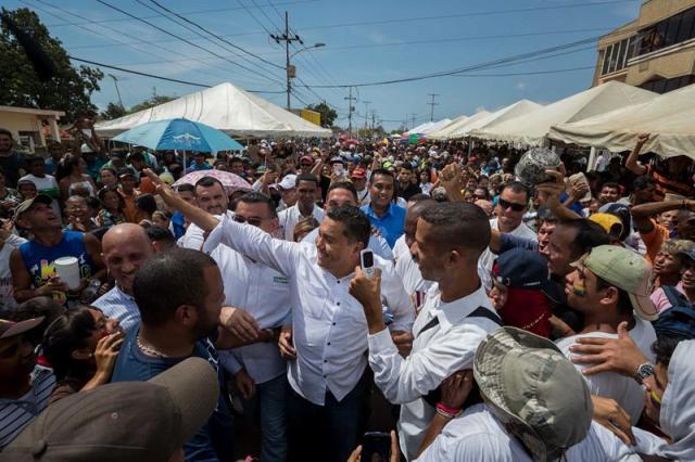 El candidato presidencial y pastor evangélico Javier Bertucci (c), realiza un recorrido Cabimas (Venezuela). EFE/MIGUEL GUTIÉRREZ