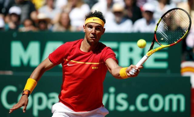 El jugador del equipo español, Rafa Nadal, golpea la bola durante el cuarto partido de la eliminatoria España-Alemania de cuartos de final de la Copa Davis que disputa contra Alexander Zverev hoy en la plaza de toros de Valencia. EFE/Kai Försterling
