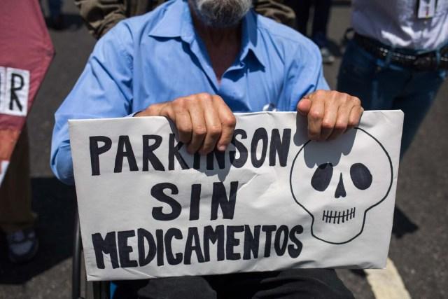 CAR02. CARACAS (VENEZUELA), 09/04/2018.- Pacientes con parkinson protestan por la crisis del sistema sanitario y de medicinas hoy, lunes 09 de abril de 2018, en Caracas (Venezuela). EFE/CRISTIAN HERNÁNDEZ