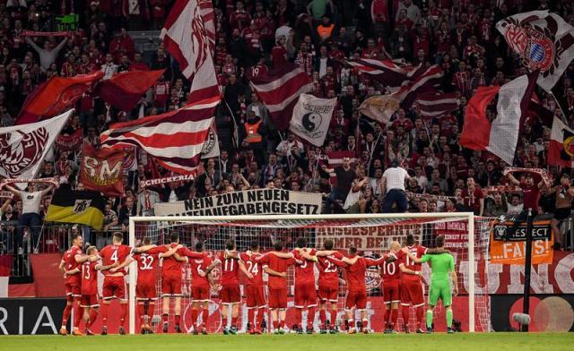 Los jugadores de Bayern celebran con los aficionados hoy, miércoles 11 de abril de 2018, durante un partido de cuartos de final de la Liga de Campeones entre Bayern Múnich y Sevilla FC, en Múnich (Alemania). EFE/LUKAS BARTH