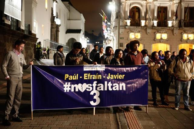 Decenas de personas se concentran en la Plaza Grande hoy, jueves 12 de abril del 2018, en Quito (Ecuador), donde desde hace 17 días se realizan vigilias por el equipo periodístico secuestrado en la provincia ecuatoriana de Esmeraldas, fronteriza con Colombia. EFE/José Jácome