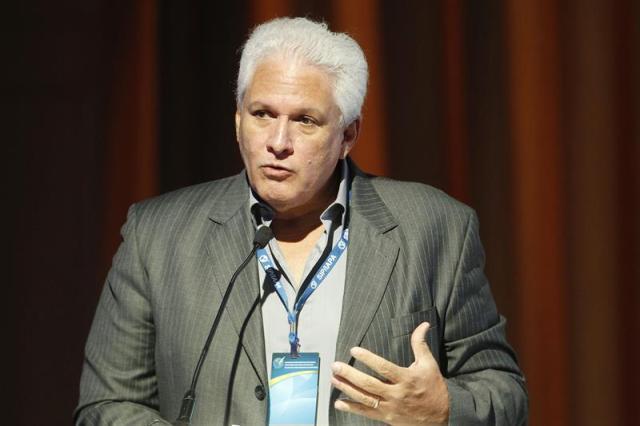 """El presidente de la SIP, Gustavo Mohme, habla hoy, viernes 13 de abril de 2018, durante la instalación de la reunión de medio año de la Sociedad Interamericana de Prensa (SIP), en Medellín (Colombia). La SIP expresó su """"preocupación"""" por la suerte del equipo periodístico del diario ecuatoriano El Comercio secuestrado el mes pasado en la frontera con Colombia, al inaugurar hoy en Medellín su reunión de mitad de año. """"Estamos prontos para hacer lo máximo que podamos en salvaguarda de la integridad de estos periodistas"""", dijo Mohme. EFE/LUIS EDUARDO NORIEGA A."""
