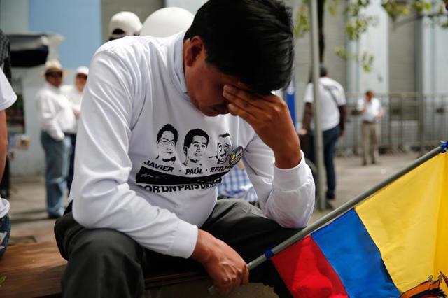 Familiares y amigos protestan hoy, viernes 13 de abril de 2018, tras confirmarse el asesinato del equipo periodístico del diario El Comercio secuestrado el pasado 26 de marzo en la frontera con Colombia, en Quito (Ecuador). EFE