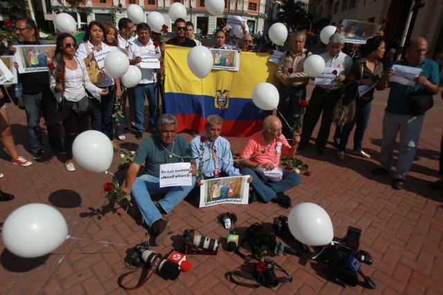 """CLI009. CALI (COLOMBIA), 13/04/2018.- Decenas de periodistas participan en un plantón hoy, viernes 13 de abril de 2018, en Cali (Colombia), en rechazo al asesinato de los tres integrantes del equipo periodístico de El Comercio secuestrado el 26 de marzo en la provincia de Esmeraldas, frontera entre Ecuador y Colombia. La Sociedad Interamericana de Prensa (SIP) repudió el """"cobarde asesinato"""" de los trabajadores periodísticos, crimen que consideró un ultraje a la prensa de todo el continente americano. EFE/Ernesto Guzmán Jr."""
