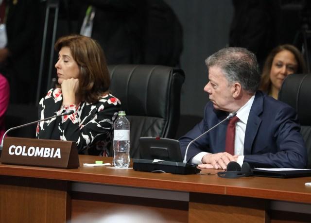 El presidente de Colombia, Juan Manuel Santos (d), y su ministra de Relaciones Exteriores, María Angela Holguín (i), participan en la sesión plenaria de la VIII Cumbre de las Américas hoy, sábado 14 de abril de 2018, en el Centro de Convenciones de Lima (Perú). EFE/Miguel Gutiérrez