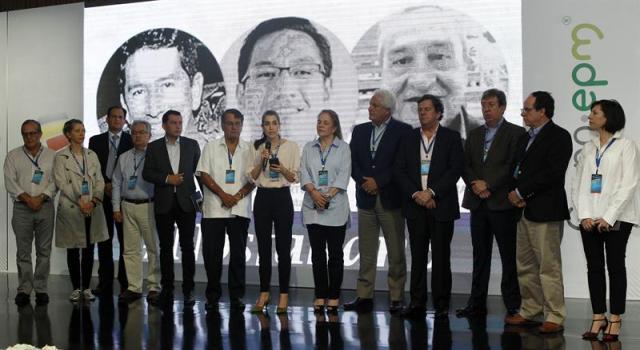 La periodista ecuatoriana Gabriela Vivanco (c) del diario La Hora lee una declaración en la que anuncia un trabajo conjunto sobre la situación en la frontera hoy, sábado 14 de abril de 2018, junto a periodistas colombianos y de su país durante la reunión de medio año de la Sociedad Interamericana de Prensa (SIP) en Medellín (Colombia). EFE/LUIS EDUARDO NORIEGA A.