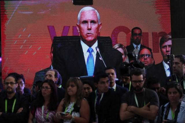 Periodistas observan la transmisión del discurso del vicepresidente de los Estados Unidos, Mike Pence, hoy, sábado 14 de abril de 2018, durante la VIII Cumbre de las Américas, en el Centro de Convenciones de Lima (Perú). EFE/Ernesto Arias
