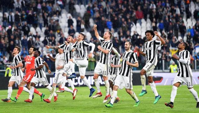 Los jugadores de Juventus celebran después de ganar el partido de fútbol italiano Serie A entre Juventus FC y UC Sampdoria en Turín, Italia, 15 de abril de 2018. (Italia) EFE / EPA / ALESSANDRO DI MARCO